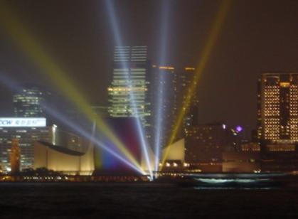 為 將 參 演 「 幻 彩 詠 香 江 」 的 大 廈 安 排 探 射 燈 光 效 果 示 範